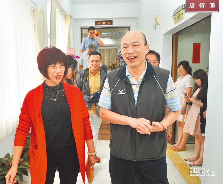 韓國瑜去年拜會金門縣議長洪麗萍(前左),身邊只有幾個人陪同。(本報資料照片)