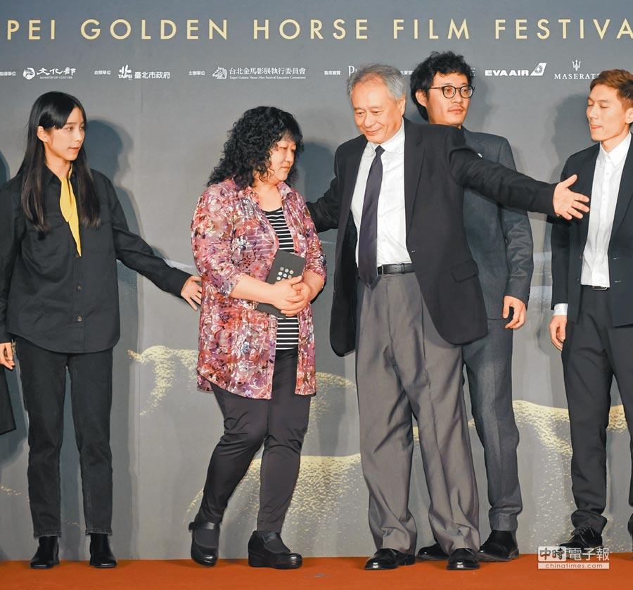 金馬執委會主席李安(前右)與導演胡波的母親,也是《大象席地而坐》製片人楚延華一起在金馬影展受訪。(盧禕祺攝)