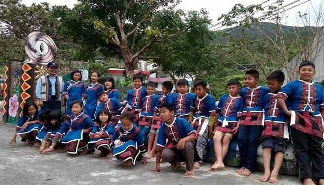 牡丹鄉四林部落最早受認證的合格祖語老師曾得榮(後排左一),年底將參選鄉民代表。(謝佳潾攝)