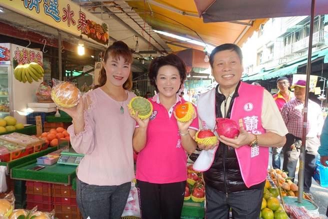 議長轉戰市長選舉的嘉義市長候選人蕭淑麗由法醫高大成陪同到東市場拜票。(廖素慧翻攝)