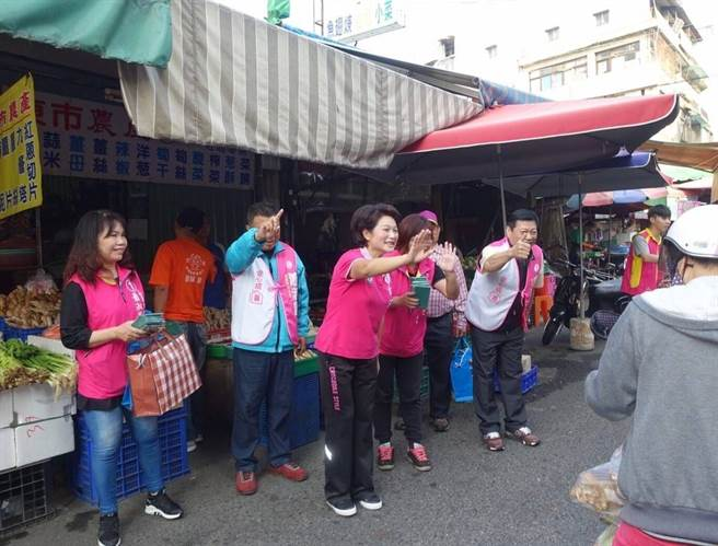 嘉義市長候選人蕭淑麗到東市場向民眾拜票。(廖素慧翻攝)