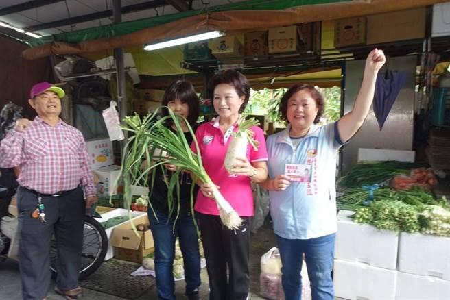 攤商送嘉義市長候選人蕭淑麗青蒜、菜頭預祝「凍蒜」。(廖素慧翻攝)