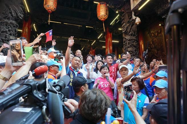 國民黨台中市長、市議員候選人團團圍住韓國瑜。(黃國峰攝)