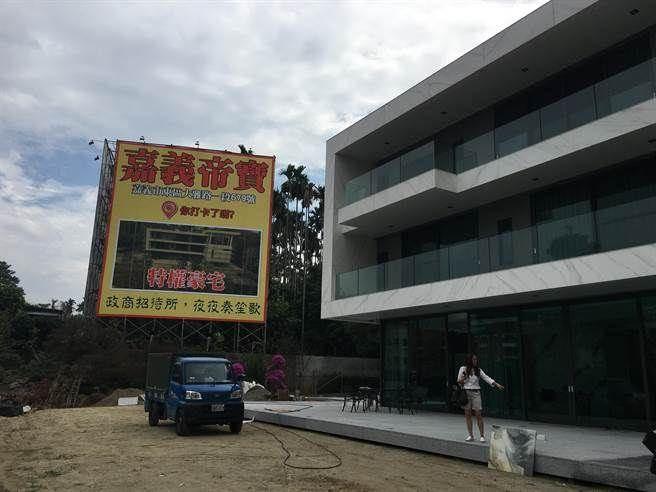 嘉義市大雅路上的豪華農舍,被爆是特權豪宅。(廖素慧攝)
