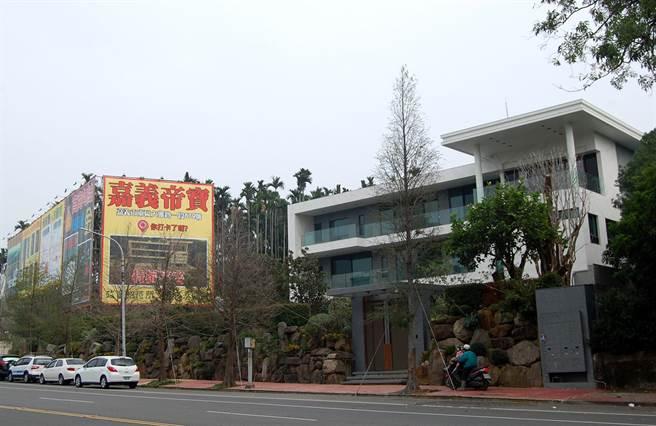 嘉義市大雅路上蘭潭保護區的豪華農舍,被質疑是特權豪宅。(廖素慧攝)