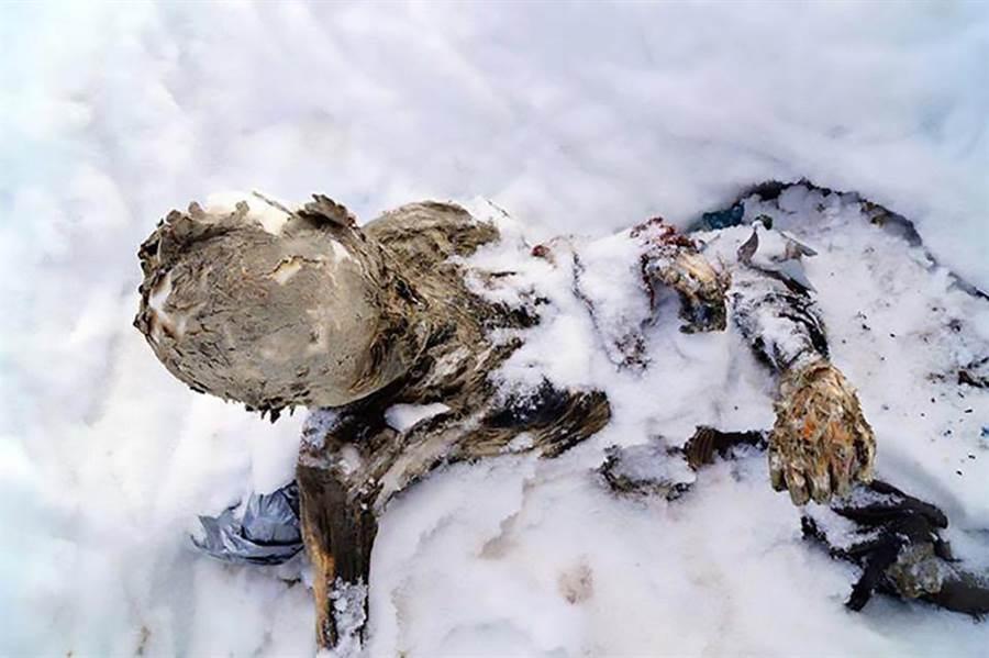 3登山客命喪火山深埋59年!冰封乾屍底下藏驚人真相(圖/翻攝自《太陽報》)