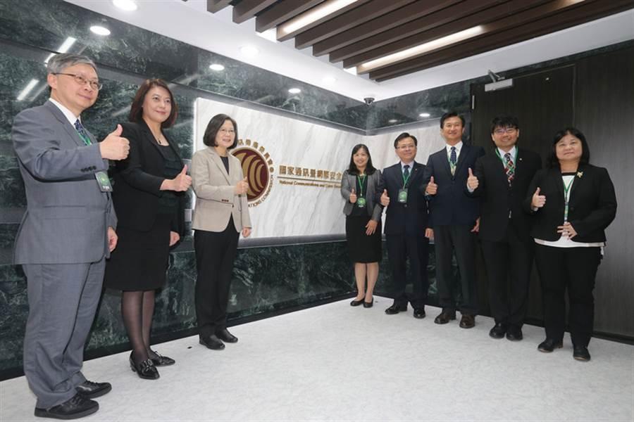 總統蔡英文(左3)15日前往國家通訊傳播委員會北區監理處,為國家通訊暨網際安全中心(NCCSC)揭牌,並與NCC主委詹婷怡(左2),一同比讚合影。(中央社)