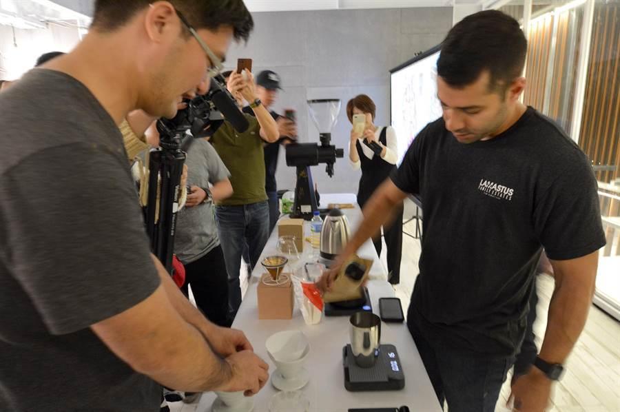 巴拿馬手沖冠軍Wilford Lamastus Jr.(右),在日月潭示範沖泡並分享其Elida莊園所創下每磅803美元天價的Geisha(藝伎、瑰夏)咖啡。(沈揮勝攝)