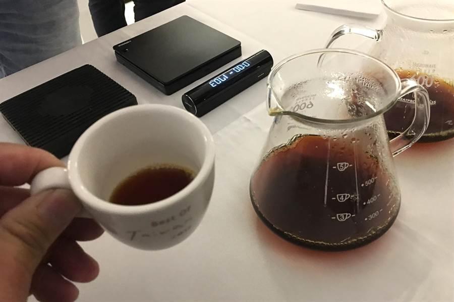 巴拿馬手沖冠軍Wilford Lamastus Jr.在日月潭示範沖泡之每磅803美元天價的Geisha咖啡。(沈揮勝攝)