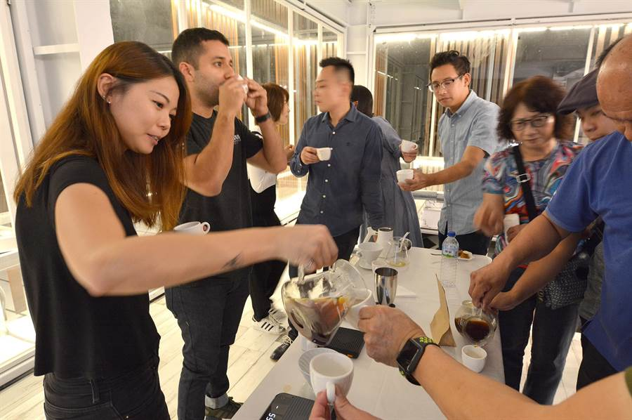 國內咖啡界人士品嘗全世界最貴的Elida莊園Geisha咖啡。(沈揮勝攝)