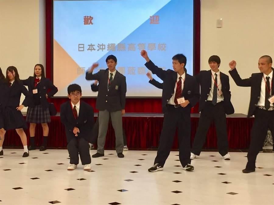 二信高中邀請到日本沖繩高級工商職業學校代表來校內進行交流,雙方展開熱鬧的社團表演,掀起活動的序幕,現場氣氛嗨爆。(張穎齊攝)