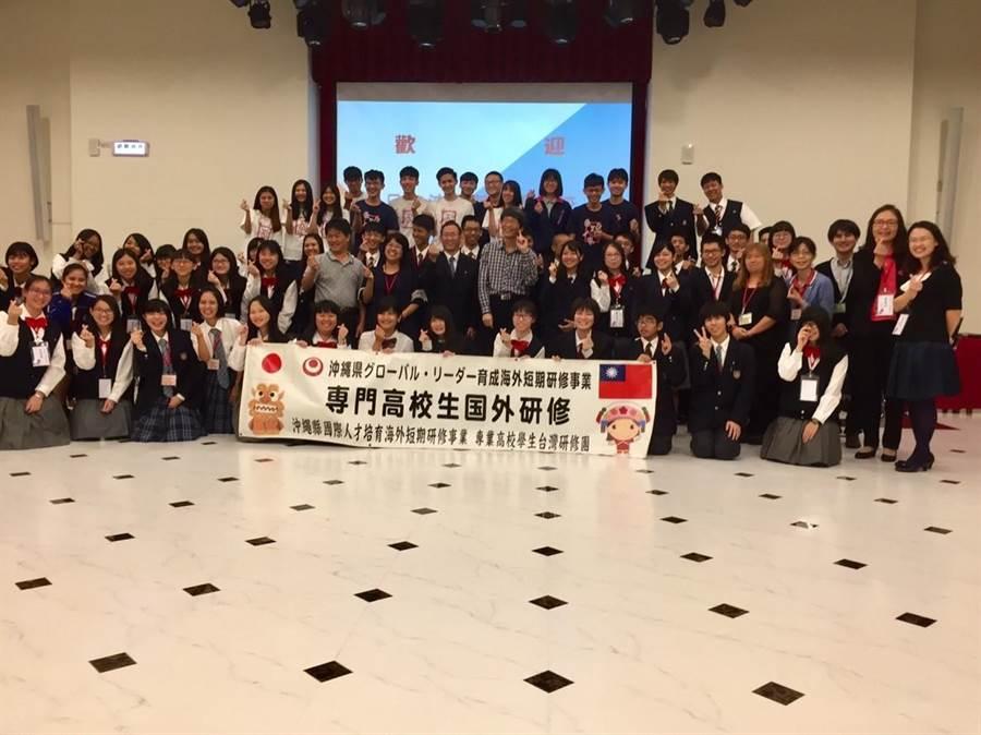 二信高中辦學有特色,邀請到日本沖繩高級工商職業學校代表來校內進行深入的文化、課程交流。(張穎齊攝)