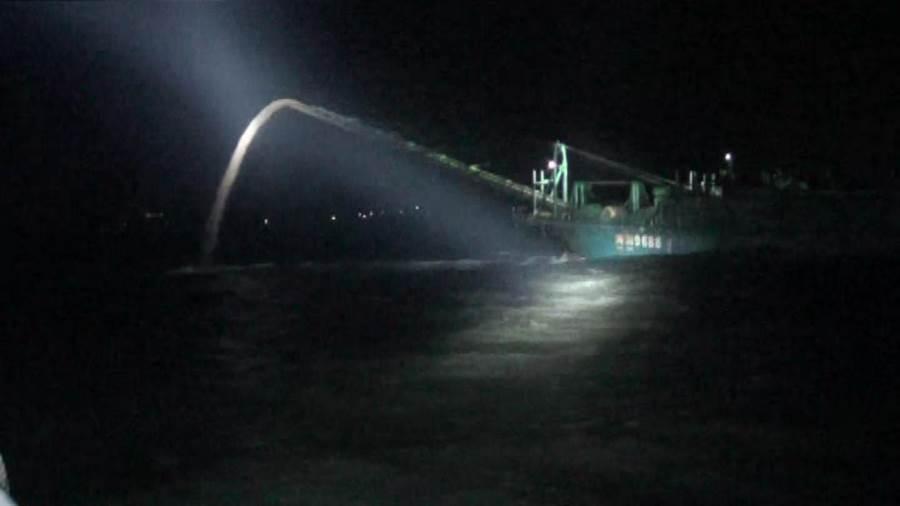 盜採的海砂約800立方公尺全部「吐」回大海外,還面臨新台幣100萬元起跳的罰款處分。(金門海巡隊提供)