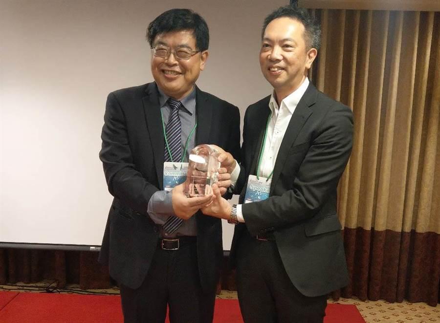 義大「工管系」徐祥禎教授(左)獲頒iMAPS國際服務貢獻獎。(圖:義守大學提供)
