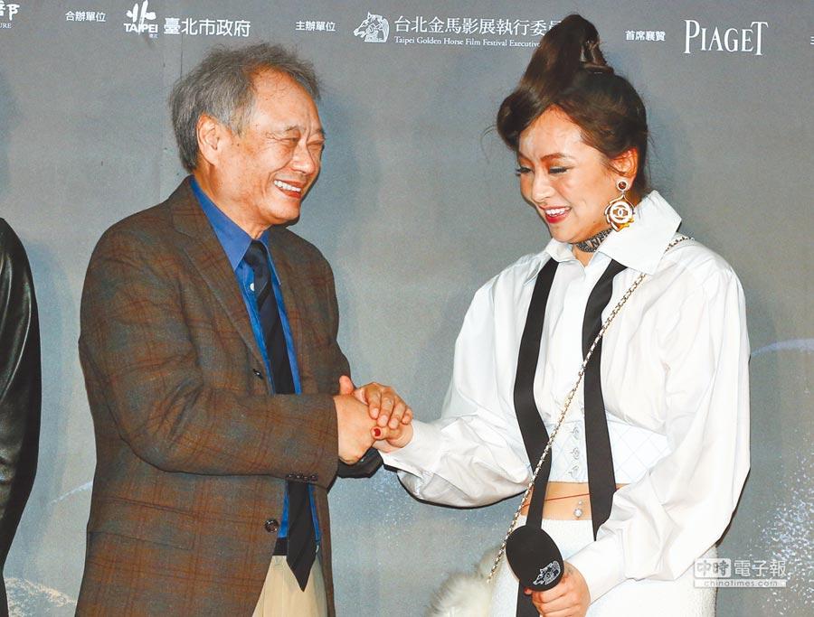曾美慧孜(右)昨害羞的與偶像李安握手。(粘耿豪攝)