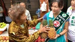 高雄》吳虹代打跑市場 支持者送鳳梨、菜頭祝「凍蒜」