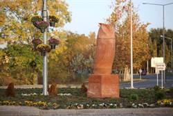 是「巨雕」還是貓頭鷹? 這雕像太容易想歪 居民怒喊重做