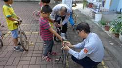 玉井分局幫學生裝腳踏車尾燈 照亮回家的路