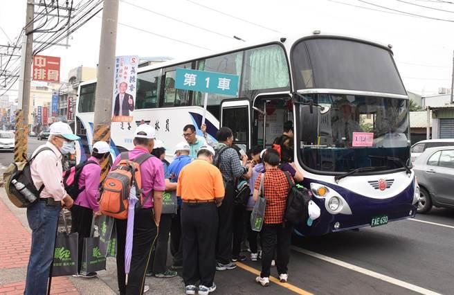 二林溪頭首航班車滿載遊客出發。(鐘武達攝)