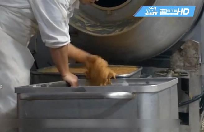 ▲網路流傳外賣公司制作料理過程的畫面。(圖/取自中時電子報)