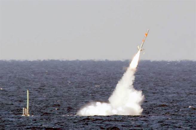 美海軍俄亥俄級戰略核潛艦佛羅里達號發射巡弋飛彈。(圖/美國海軍)