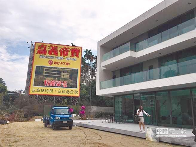 嘉義知名建商黃朝雲夫婦擁有的農舍,被爆是「特權豪宅」。(廖素慧攝)