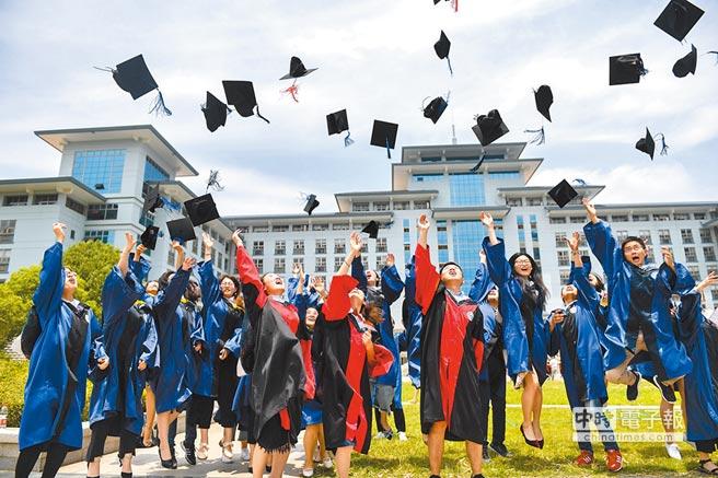 南京農業大學的博士、碩士畢業生在校園內留影。(新華社資料照片)