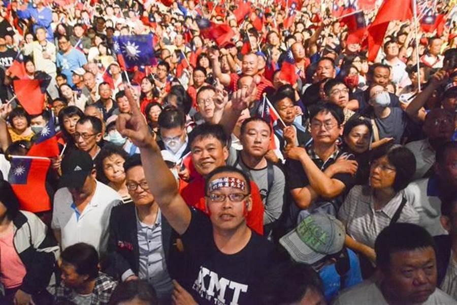 韓國瑜岡山大會師14日晚間再度爆棚,韓粉熱情參與,氣氛宛如嘉年華會。(本報資料照片)