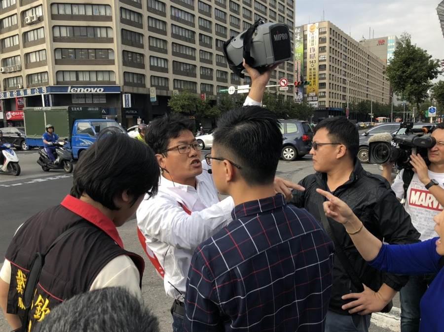社民黨議員候選人游藝現身嗆聲。(楊佳穎攝)
