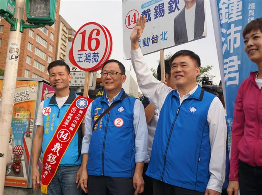 選舉將屆,國民黨台北市長候選人丁守中(左2)16日在副主席郝龍斌(右2)與黨籍市議員候選人陪同下,前往大巨蛋前的路口定點拜票,盼爭取支持。(中央社)