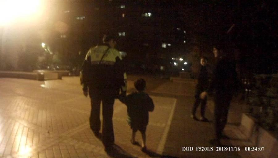 警方獲報將6歲男童帶回警局先安置。(馮惠宜攝)