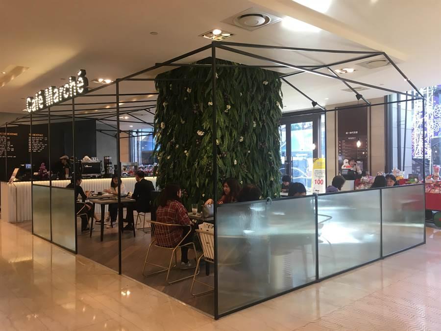 咖啡瑪榭位在統一時代台北店2樓夢廣場入口處,開放式店面用工業風鐵架搭起鏤空的空間,具通透性。(郭家崴攝)