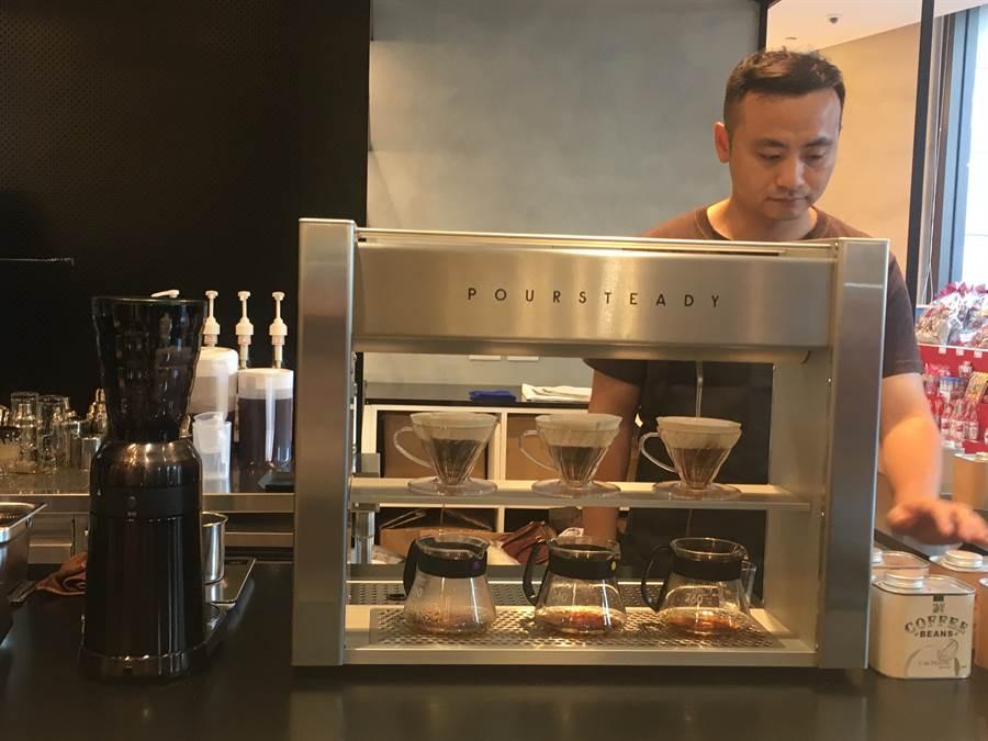咖啡瑪榭引進前NASA團隊設計的「Poursteady 3D手沖咖啡機」,每台約40萬元。(郭家崴攝)