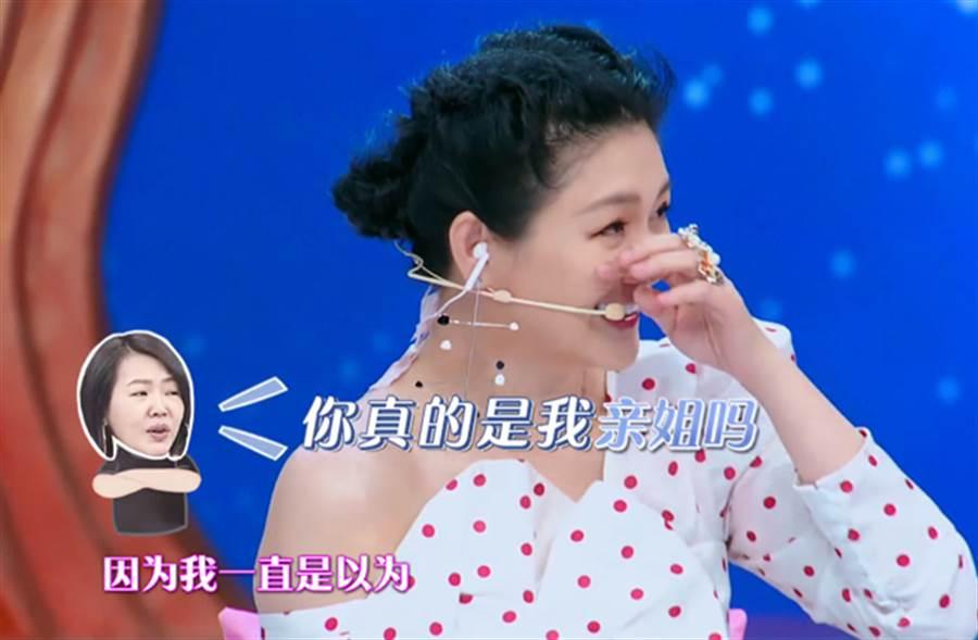大S在節目上爆料小S剪短髮的原因,因為她都不洗頭,頭髮就像八寶粥。(圖/翻攝自微博)