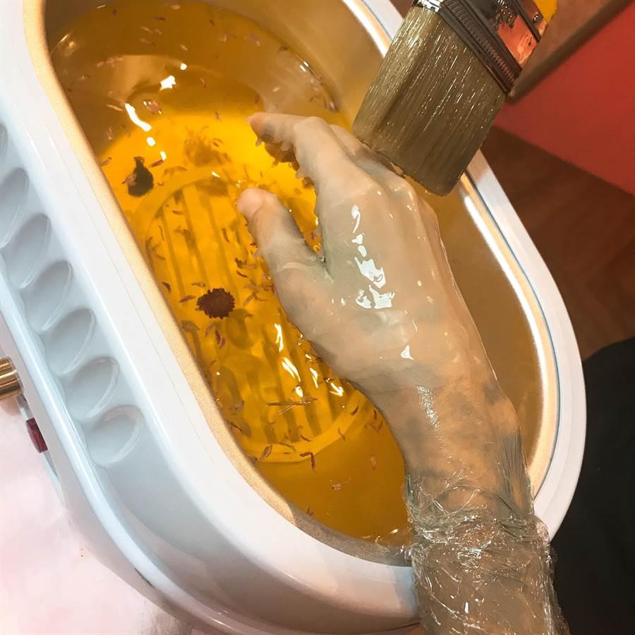 頂級手足保養中,會用縮水蜜蠟加熱保養,讓手敷上10分鐘後立馬變得柔嫩又白皙水潤!