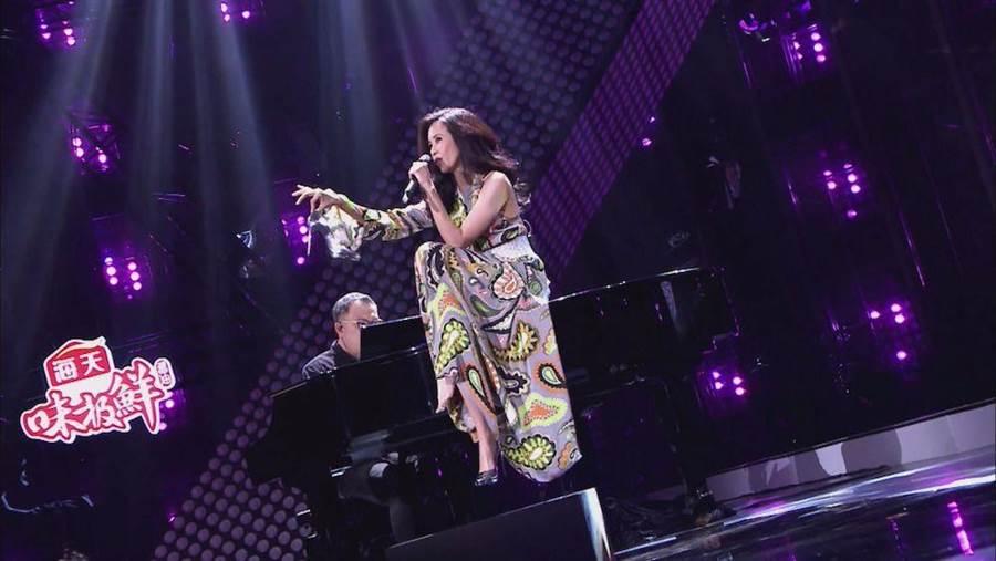 莫文蔚開岔洋裝讓彈鋼琴樂手不敢直視。(圖片提供:中天)