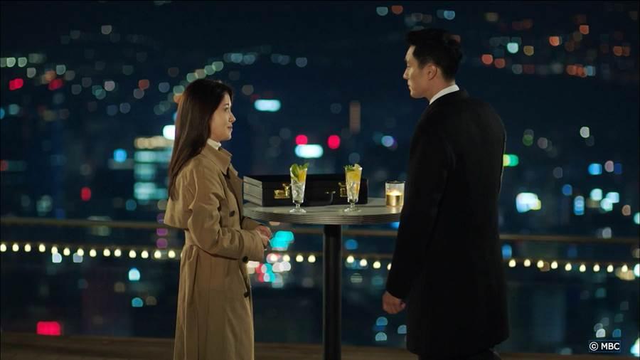 蘇志燮與鄭仁仙相約在南山塔喝萊姆氣泡酒。KKTV提供