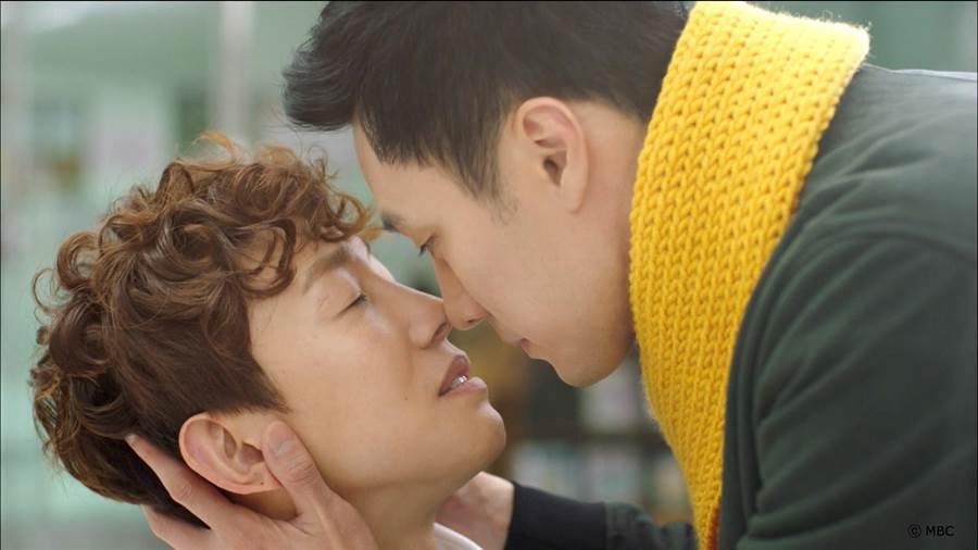 蘇志燮與姜其永玩鼻子親親,觀眾大喊不舒服。KKTV提供