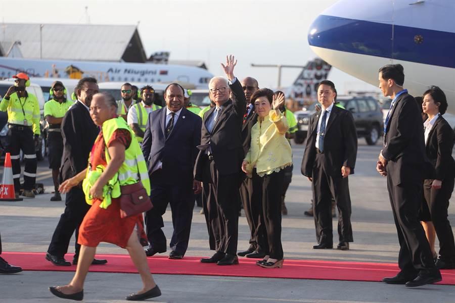 APEC經濟領袖代表張忠謀、夫人張淑芬,搭乘華航專機抵達巴布亞紐幾內亞首都莫士比港。(中華台北代表團提供)