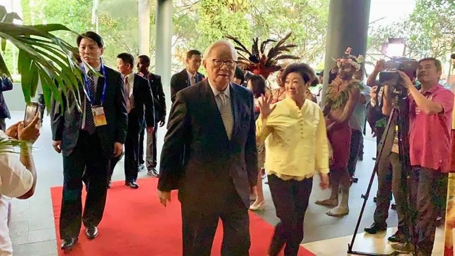 APEC經濟領袖代表張忠謀、夫人張淑芬,搭乘華航專機抵達巴布亞紐幾內亞首都莫士比港,並下榻於Holiday Inn酒店。(彭媁琳攝)
