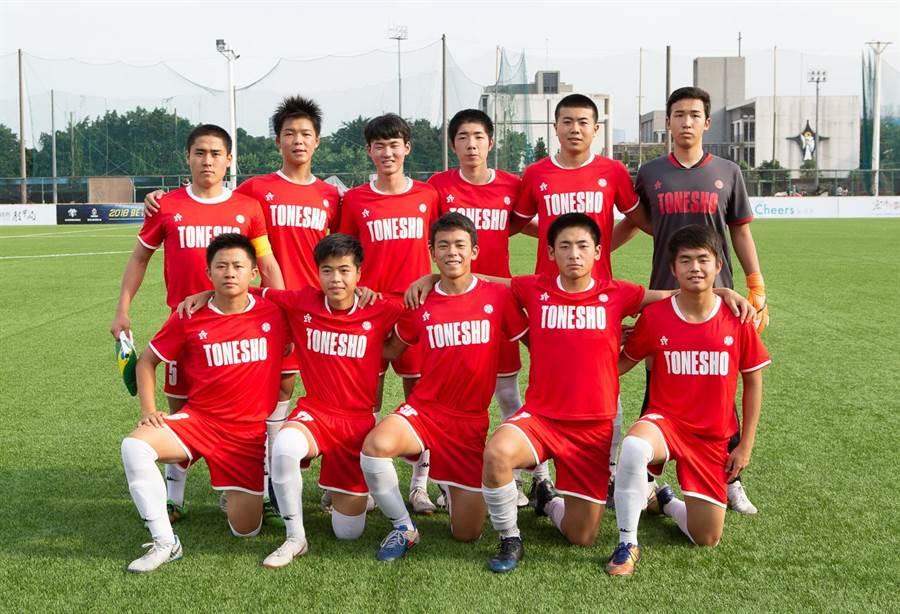 來自於日本群馬縣的利根商校在BE HEROES國際高中足球四校邀請賽旗開得勝,以2比1擊敗青年盃冠軍惠文高中,前排左一為去該校念書的台灣小將林聖璋。(展逸提供)