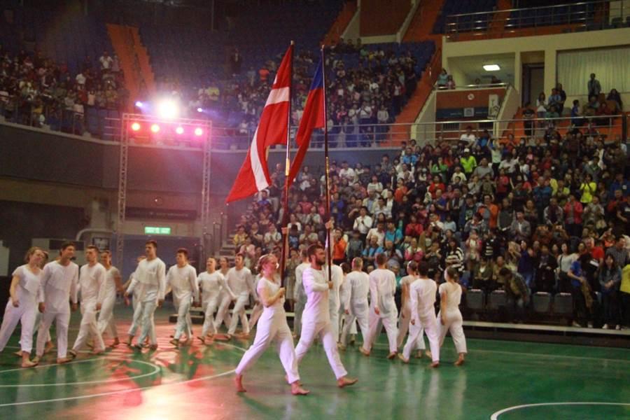 丹麥國家體操表演隊世界巡演16日晚間在苗栗巨蛋體育館盛大登場,體操團隊開場舉丹麥及台灣國旗進場,並唱兩國國歌。(何冠嫻攝)