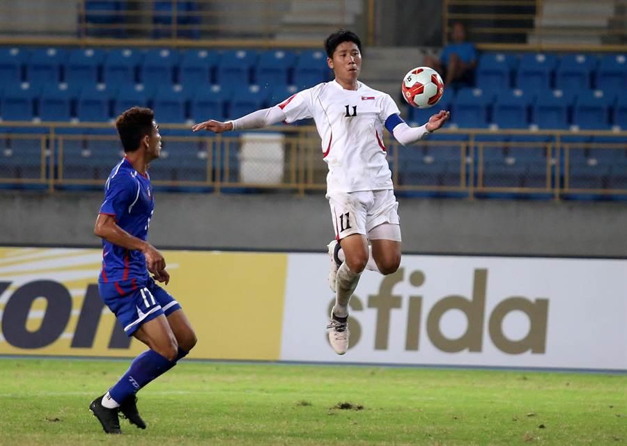 北韓左翼鄭日冠(右)疑似手球,裁判卻未鳴哨,北韓趁機攻入此役第2球。(李弘斌攝)