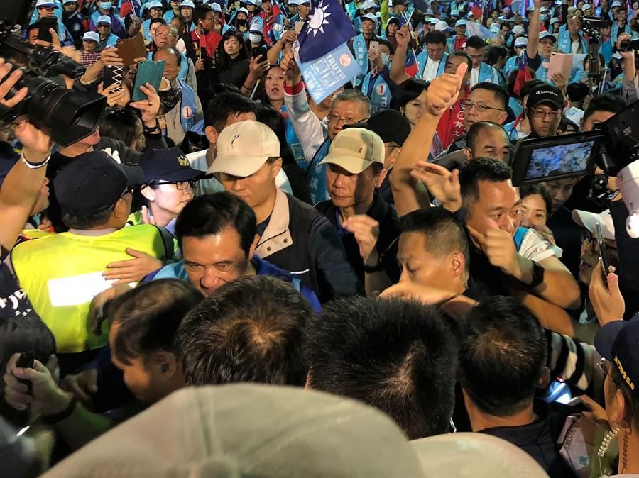 馬英九陪同楊鎮浯大進場,數度淹沒在人潮中,展現在外島金門的超高人氣。(李金生攝)