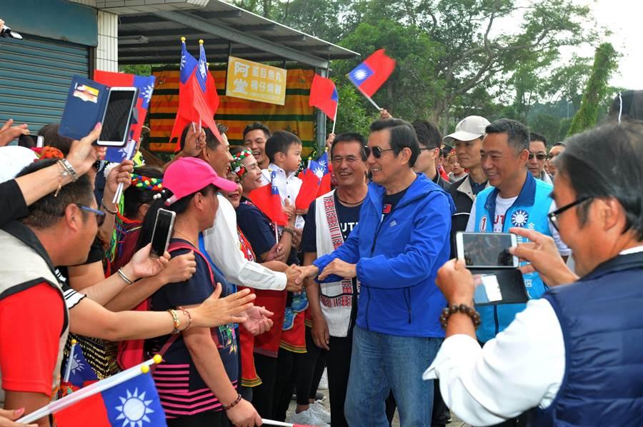 馬英九下午也走訪台灣原住民協進會,受到熱烈歡迎。(李金生攝