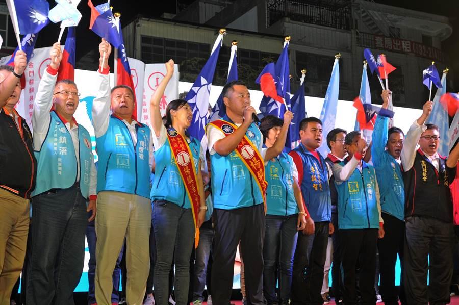 楊鎮浯與黨籍5合1選舉候選人一起加油打氣。(李金生攝)