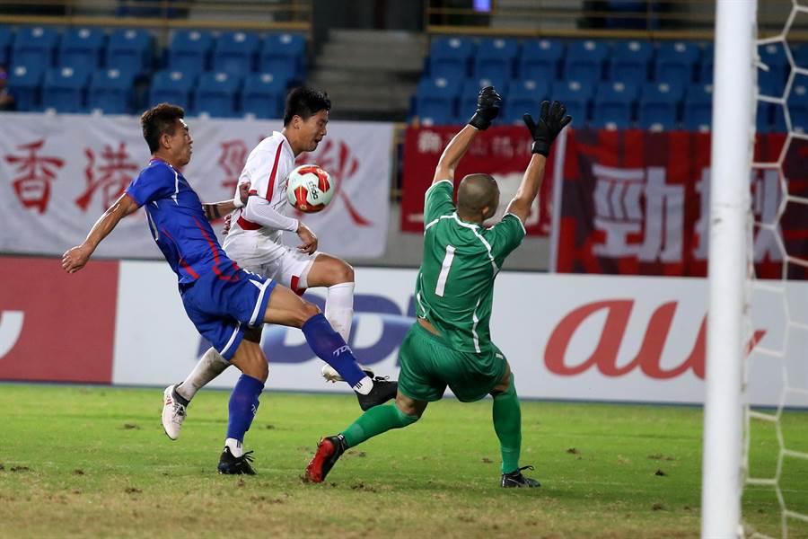 陳柏良(左)在下半場全力防守北韓隊長鄭日冠(中),可惜沒能擋下客隊的第2顆進球。(李弘斌攝)