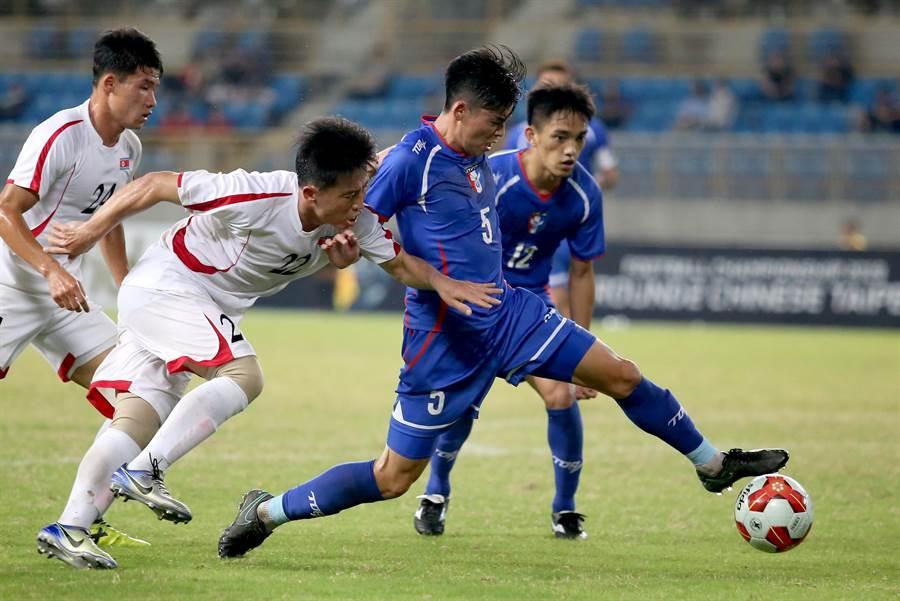 中華隊溫智豪(右一)、翁偉賓(右二)賣力阻止北韓強攻。(李弘斌攝)