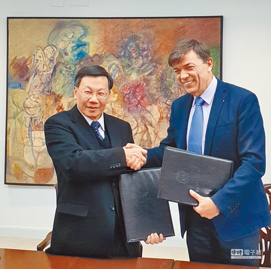 亞洲大學校長蔡進發(左)與西班牙馬德里康普頓斯大學校長Carlos Andradas Heranz代表雙方,簽訂師生交流合作。(林欣儀攝)