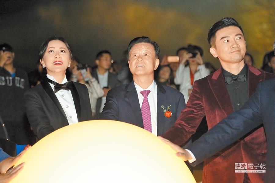 劉嘉玲(左起)、世茂集團董事局主席許榮茂及蘇有朋昨一起啟動點燈儀式。